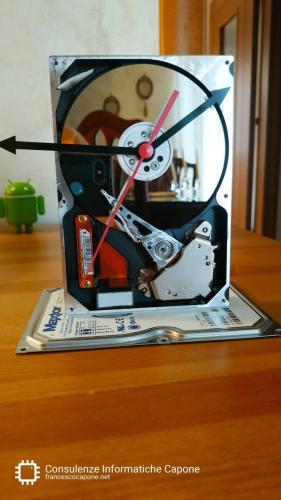 Hard disk meccanico non funzionante riciclato come orologio